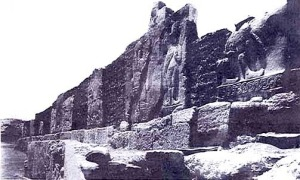 Carved walls from the Palace of Carchemish (c1910) [Public domain], via Wikimedia Commons
