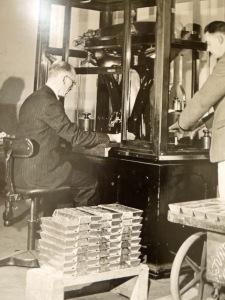 Weighing gold 1965