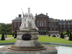 Queen Victoria statue at the entrance to Kensington Palace